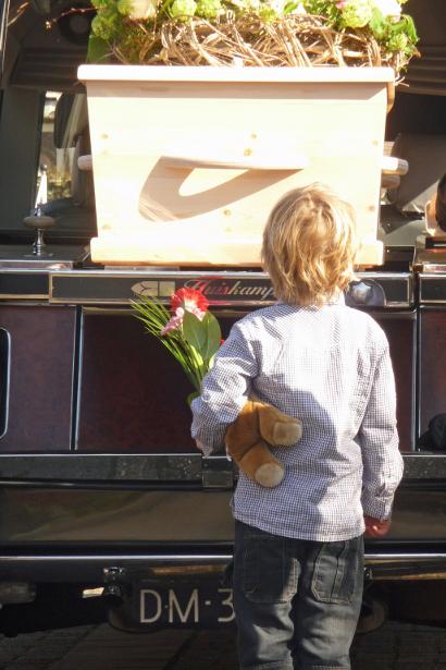 Jasper bij Daimler met kist van oma